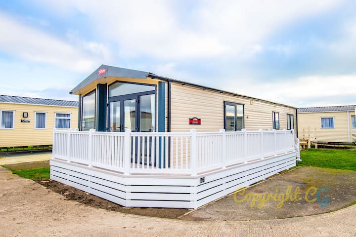 SP120 - Camber Sands Holiday Park - 2 Bed + Shower & Bath Mini lodge - Full Decking - Close to Beach - Private Parking