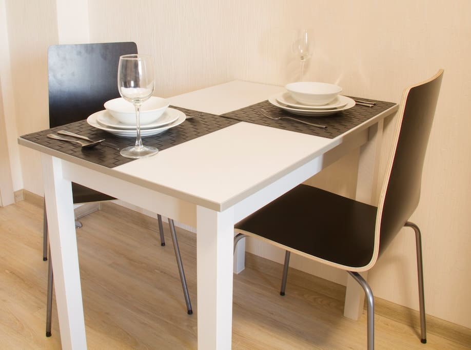 обеденный стол с приборами.  dining table with appliances