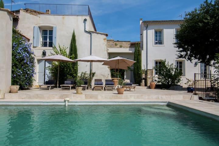 La maison historique seigneuriale avec piscine priv e for Piscine pezenas