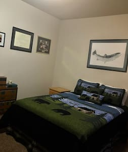 beautiful Bedroom minutes a way from ski!!