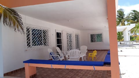 Comoda casa con  extensa playa  en SAN CRISANTO