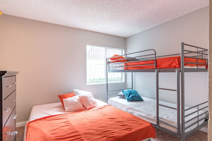 Queen Bed and bunk bed n Beautiful Villa sleeps 4 - Los Angeles - Apartment