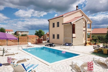 5 Bedrooms Home in Zadar #1 - Zadar - Talo