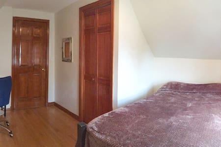Cozy Bedroom near JFK & La Guardia - House