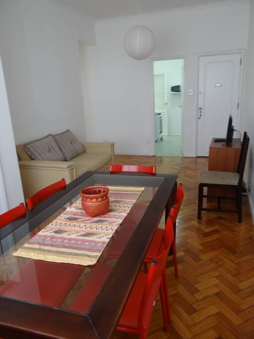 Sala de jantar, com mesa de 6 lugares, sofá-cama e TV 24 polegadas. TV a cabo.
