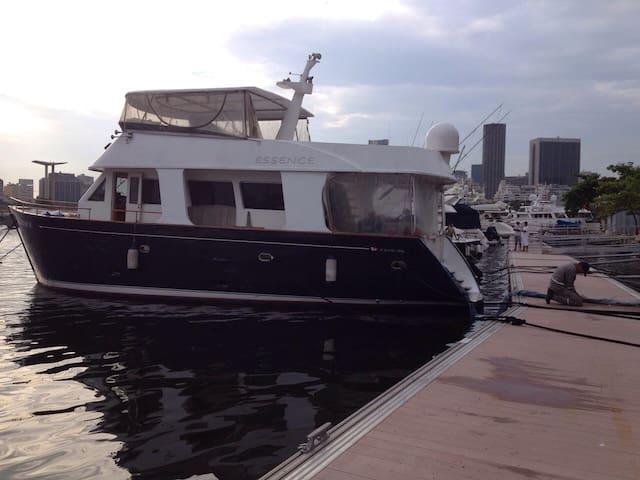 Houseboat in Marina da Gloria