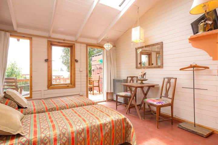 Luminoso estudio en Bariloche con deck al jardín