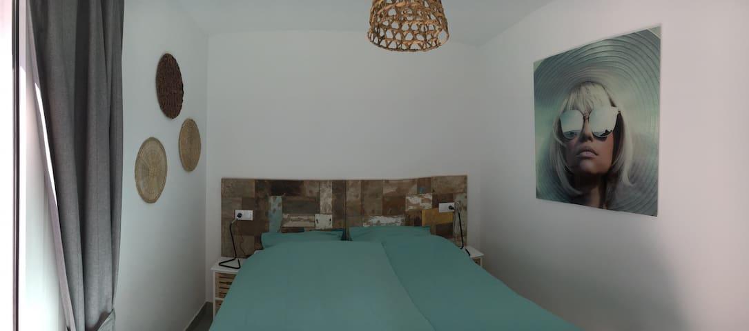 Chambre 1 lit double 160 cm ou 2 lits simples , placard