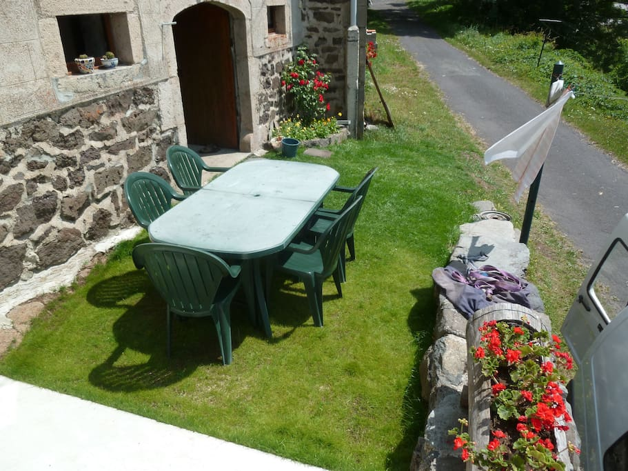 Devant de la maison, salon de jardin disponible ainsi que des parasols