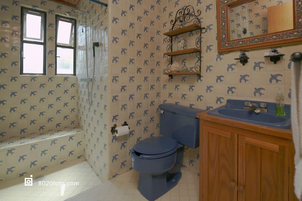Baño de uso exclusivo para huéspedes fuera de la habitación