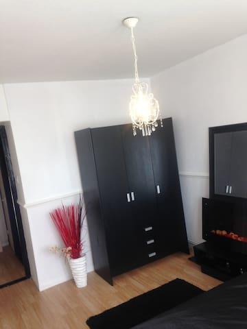 Short/long let in SE28 large room -fully furnished