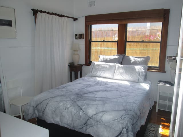 Oceanside self contained flat in beaut location. - Curl Curl
