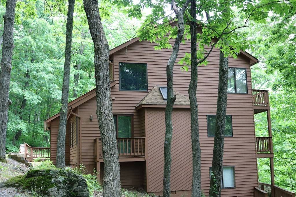 Mountain cabin with large open spaces, comforts of home, and double deck porches to enjoy the breathtaking views of Wintergreen Resort.