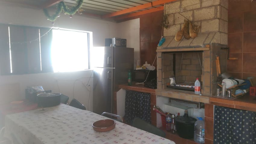 zona para barbacoa equipada con nevera, fogones, fregadero, vajilla