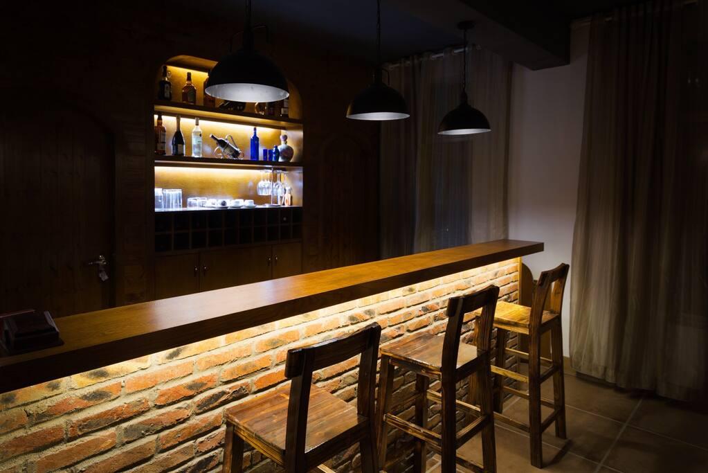 公寓公共休闲区域的独立小酒吧台,外出游玩回来以后可以小酌一杯放松一下呢