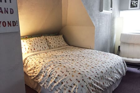 Queen Bedroom plus twin- sleeps 3 - Hus