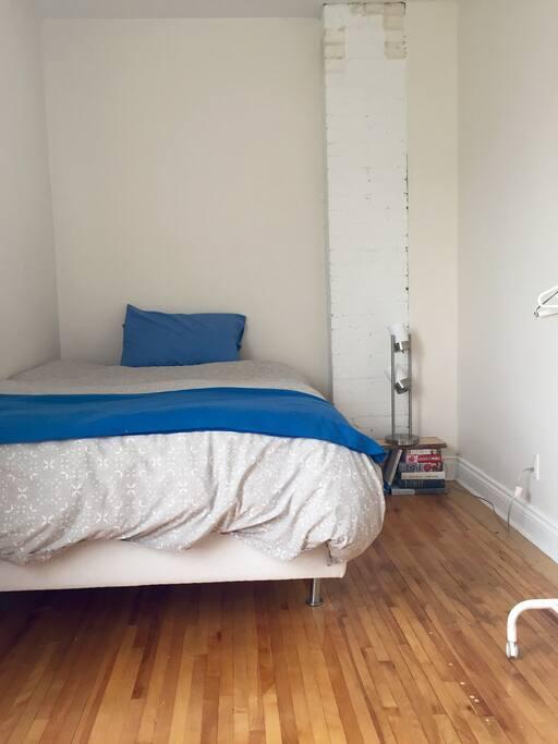 Double bed in guestroom