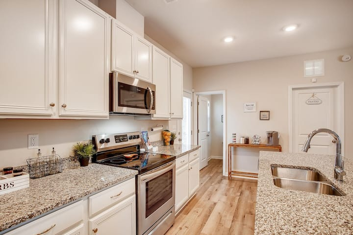 Brand New Stylish Home 10 Mins from Uptown