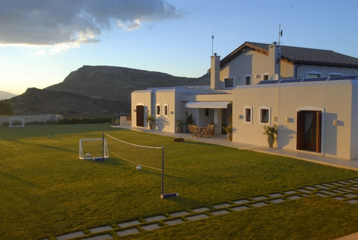 Villa Selena, Isolated in Nature & Perfect Layout! - Choudetsi