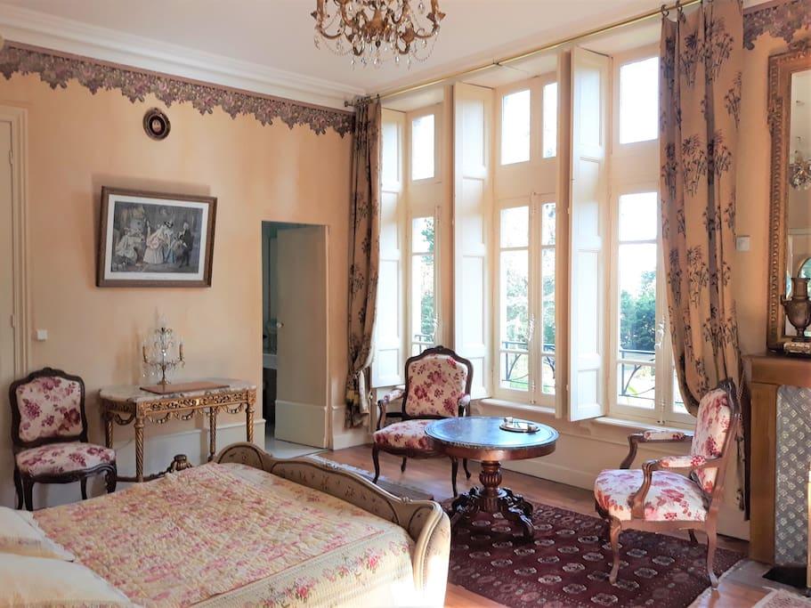 La chambre principale de la suite des Tilleuls, côté Est. Derrière la petite porte, la salle de bains privative.