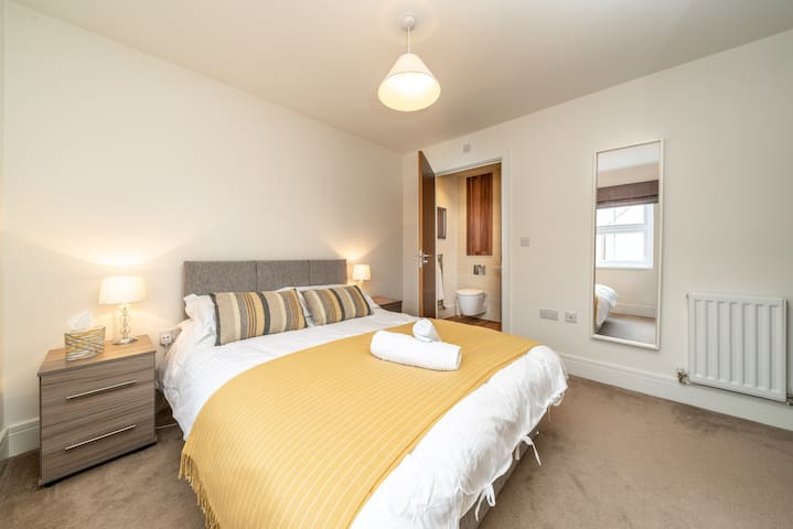 Master En-Suite Double Bedroom with Fitted Wardrobes