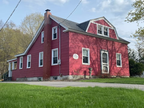 Little Red House-Pet & Traveling Nurse Friendly!