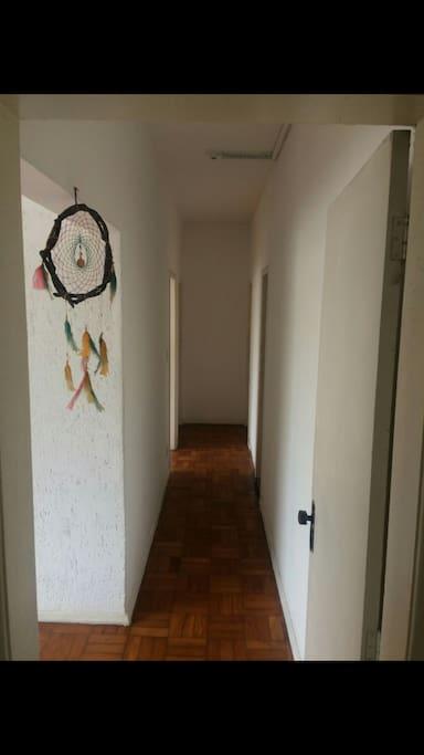 Corredor de acesso aos quartos e banheiro social