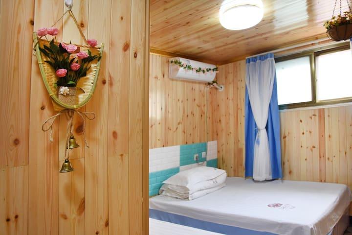杨淑丽民宿(家庭间1),紧邻古北水镇,清新淡雅的装修风格, 室内设有中央空调。