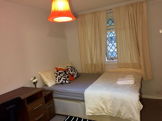 Double Room at Cosy London Apartment