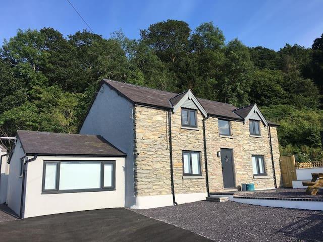 Hafod Bleddyn, modern cottage with amazing views