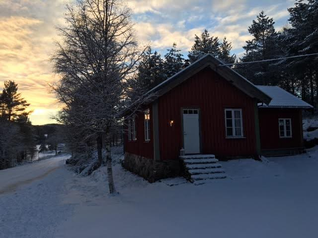 Cozy schoolhouse south Norway (Dyreparken 1 hour) - Engesland - Casa