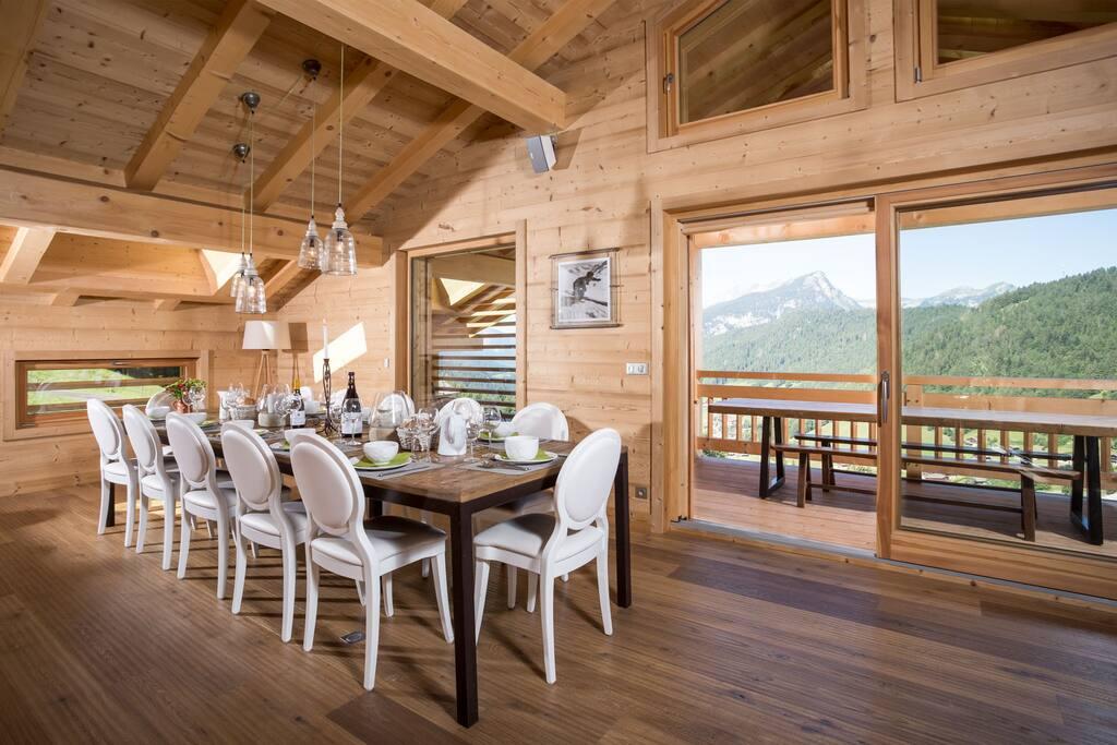 Coin salle à manger avec table pouvant accueillir 15 personnes