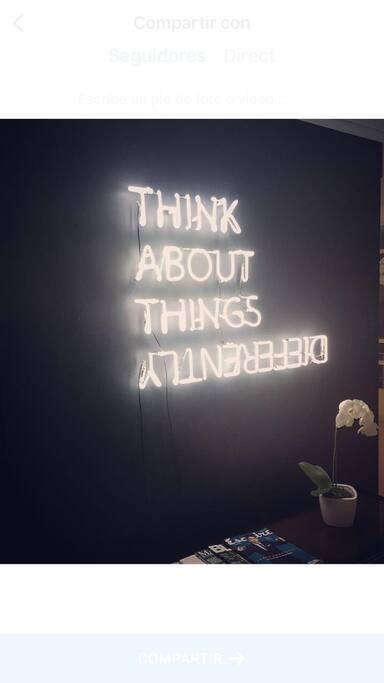 """El letrero de luz neón que saluda a los huéspedes cada día y los invita a ver la vida de """"diferente"""" manera"""