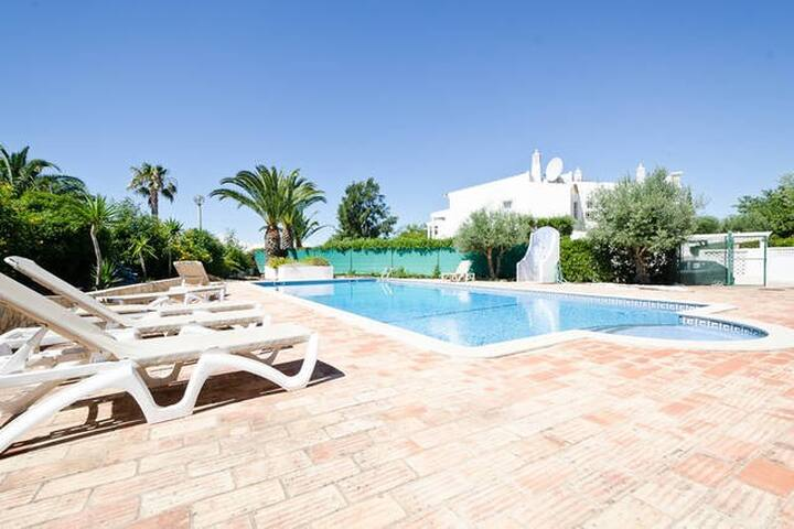 3 bed villa with Pool, WiFi, BBQ, near Galé - Guia - House