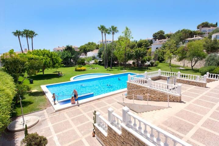 Magnífica piscina privada con pista de tenis. Tendrás también la llave de estas instalaciones.