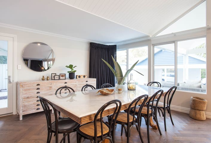 Aquila - Modern beachside holiday home