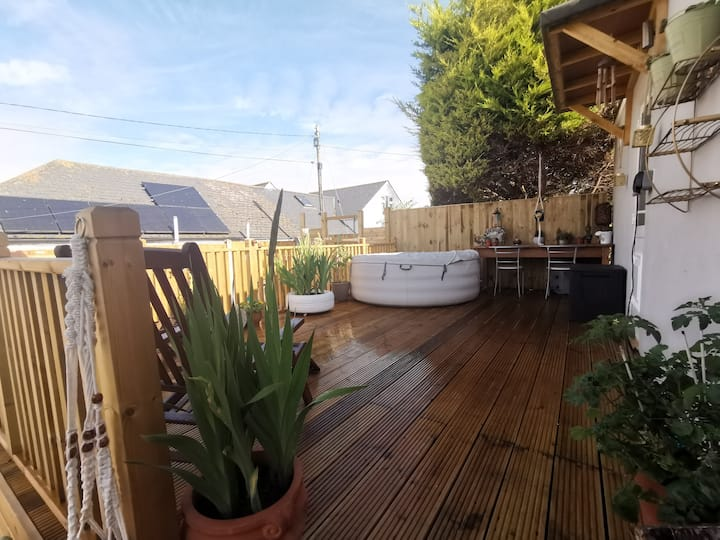Studio with private garden, hot tub & parking