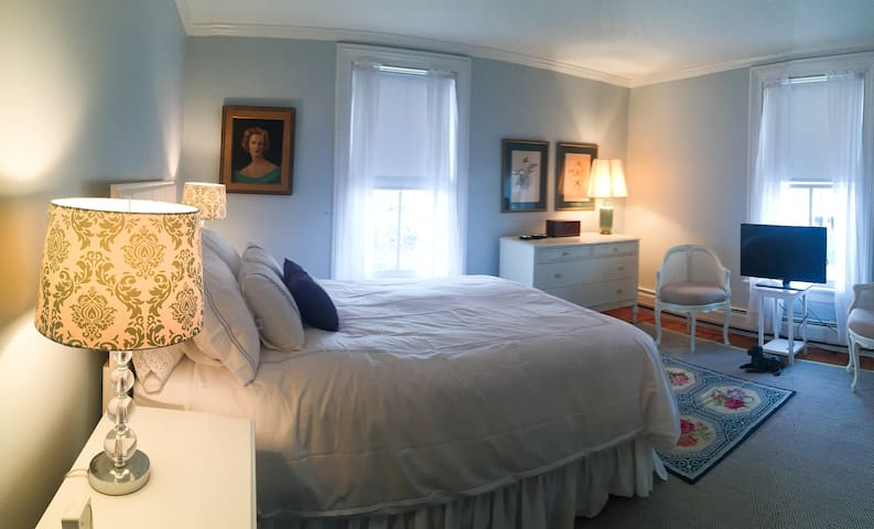 Charming Historic Room in Southport - Fairfield