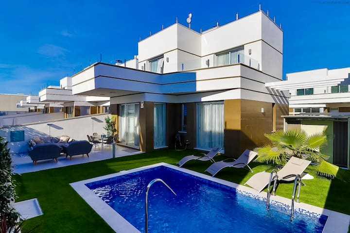 Spectacular villa with private pool in Dóna Pépa