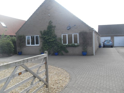 Detached bungalow with hot tub W Norfolk