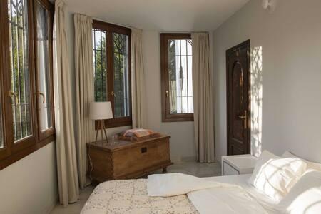 B&B lichte kamer ,badkamer delen - Monachil - Bed & Breakfast