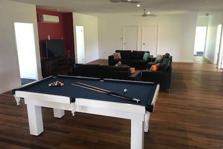 Border Ranges Retreat BNB / Theatre and Pool Table