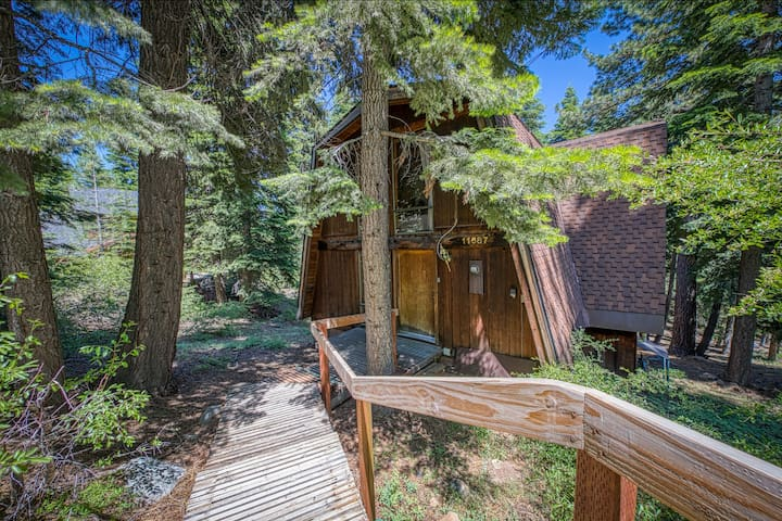 Large dog-friendly home w/ a shared pool, hot tub, deck, & full kitchen