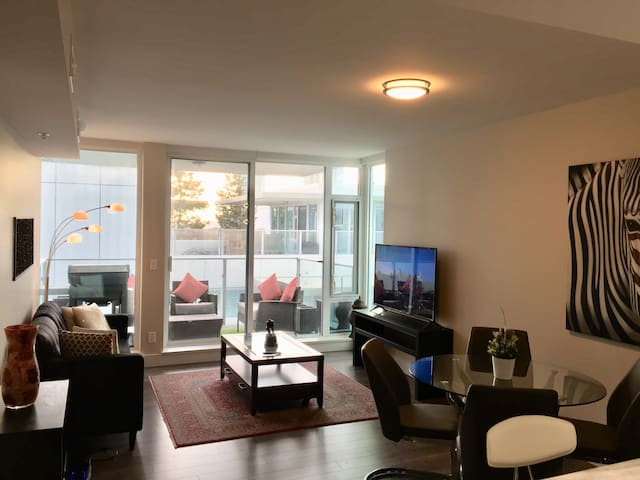 Luxury Bright East village  Riverfront DT condo
