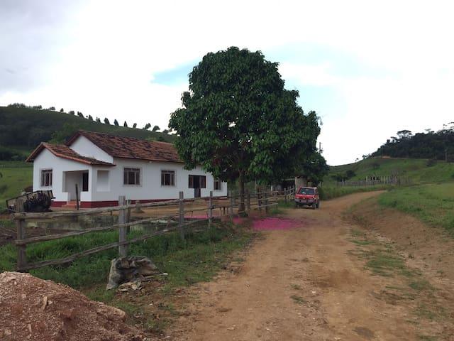Casa na Fazenda, bem arejada e aconchegante.