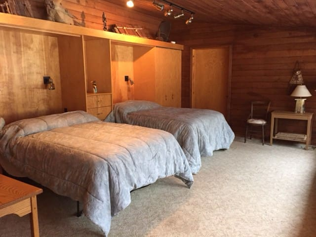 Spacious Room w/Private Entrance and Bath - Interlochen - Casa