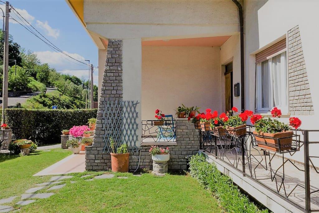 giardino e terrazzino d'ingresso