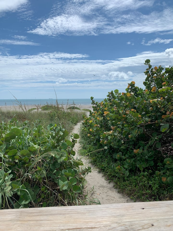 Quiet, clean, fully equipped Cocoa Beach getaway