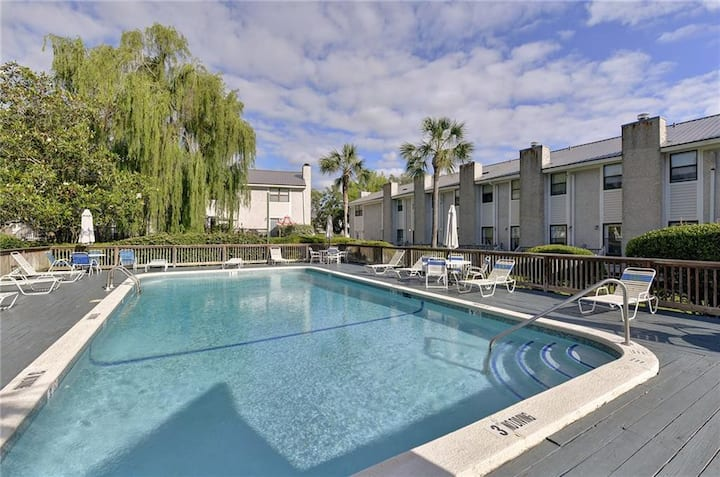 Gascoigne Condo 2 bed/1 1/2 bath with community pool at St. Simons entrance