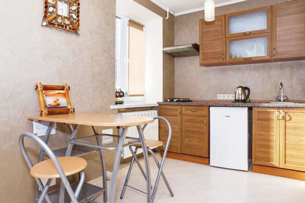 Кухонная зона оснащена Асей необходимой бытовой техникой